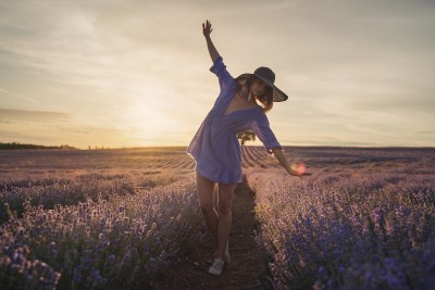 Снимка на девойка в лавандуловата долина